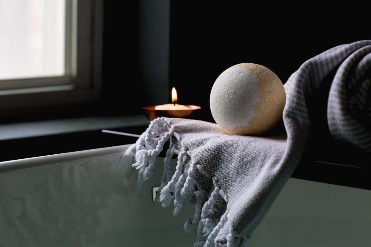 Roamlike Bad Produkte Kerze Handtuch und Kugel Seife