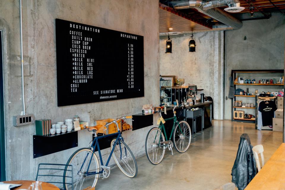 Roamlike Coffee Shop Kaffeehaus mit Details und Rennrädern