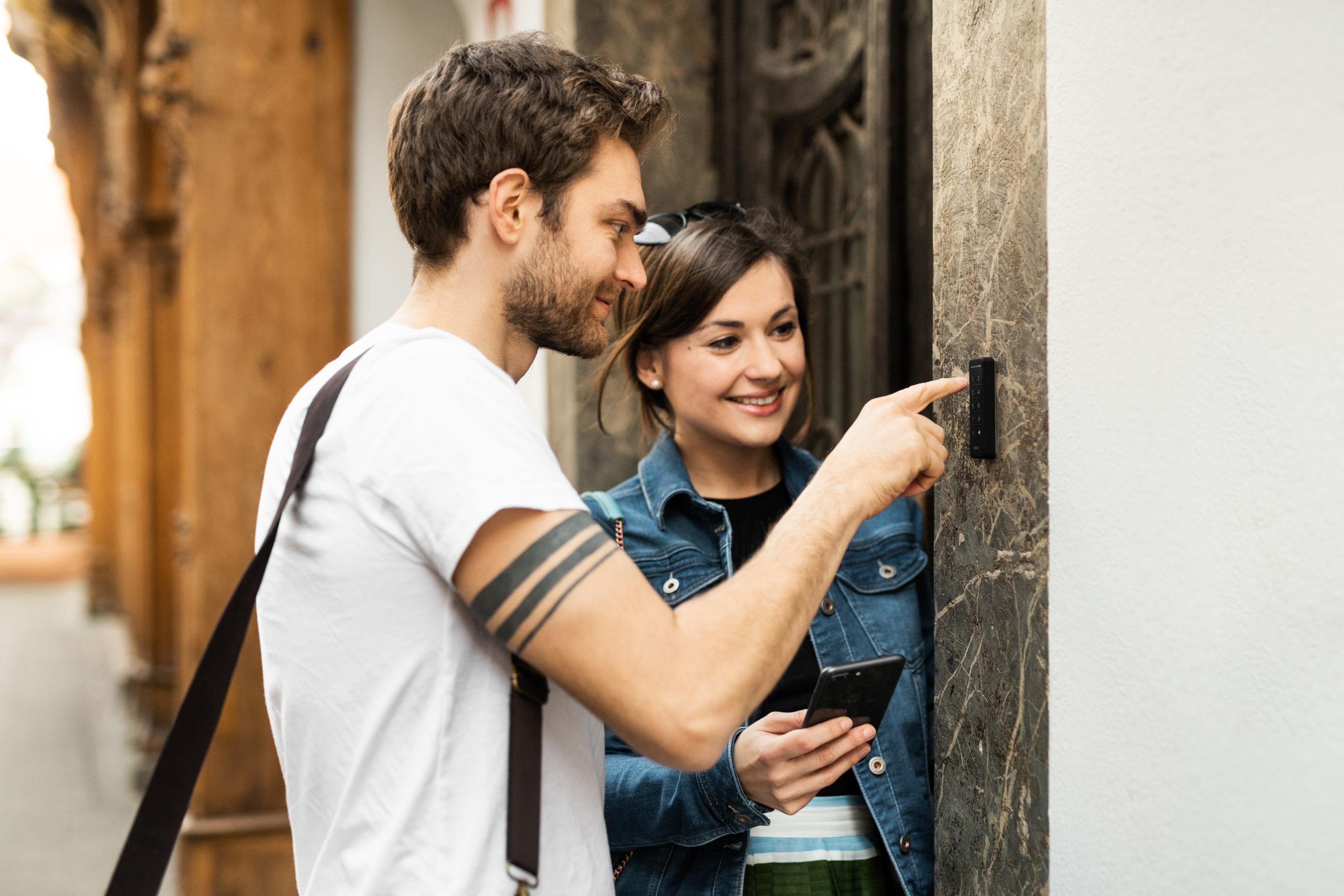Airbnb Gäste beim der Ankunft - Easy access via NUKI Smart Home Schloss